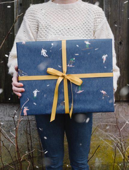 fine little day skiers gift wrapping paper inpakpapier geschenkpapier